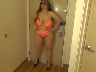 Tinja shows dangerous curves em an laranja corda biquíni