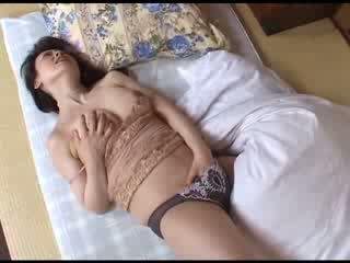 Japanska momen masturberar efter att titta porr video-