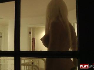 Bimbo blondīne rikki six fucked pie a viesnīca