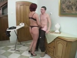 Rousse milf gets anal à partir de une jeune homme sur la stairs