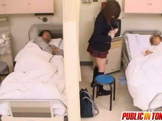 Άτακτος/η ιαπωνικό έφηβος/η gets πατήσαμε σε ένα νοσοκομείο κρεβάτι