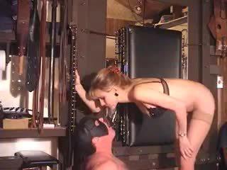 Ekstreemne milf dominatrix fetiš babes veider sunnitud piss joomine
