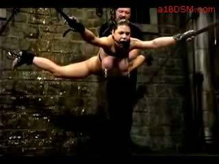 女孩 hanging 在 奴役 nipple weights getting 她的 的阴户 fingered tortured 同 水 由 主 在 该 地下城