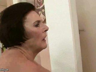 Montok nenek enjoying menjijikan seks