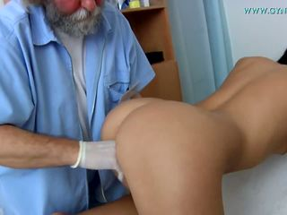 Zdravotní examination podle a curious lékař.