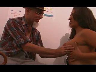 Noor meditsiiniõde perses poolt vana mees