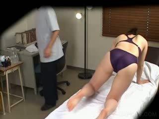 Jap içinde yüzmek takım elbise gets tüysüz massaged