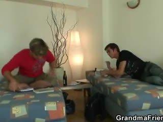 Two buddies jebemti čiščenje babi