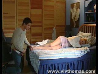 Durmiendo karina gets un disparo de corrida en su pies vídeo