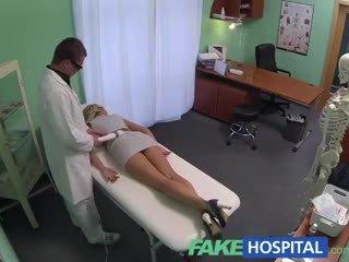 Fakehospital sales rep โดนจับได้ บน camera using หี ไปยัง ขาย hungover หมอ pills