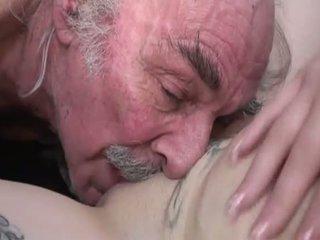 Porner premium: ερασιτεχνικό σεξ ταινία με ένα γριά άνθρωπος και ένα νέος πόρνη.