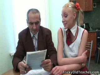 Dumb pusaudze blondīne has pieviltas līdz viņai skolotāja