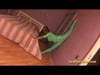 Ljubko fleksibilnost bigbreast gymnast najstnice v pritisnjeno