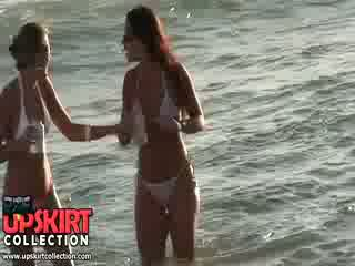 Charming bikini polluelos are staying en la agua talking y having no idea a ser spied