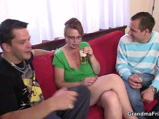 Μεθυσμένος/η τρίο πάρτι με γριά γκόμενα