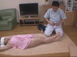 蒙住眼睛 妻子 molested 由 旅馆 masseur