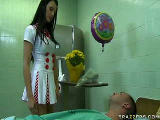 性感 醫生 準備 到 使 高興 她的 病人 uncovered