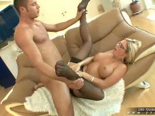 Bitchy hot ahryan astyn gets en rik spurt av kuk cream på henne fjes
