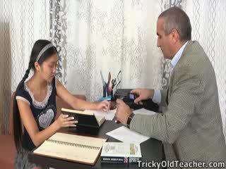Este asiática estudante é loving o atenção a partir de dela tutor