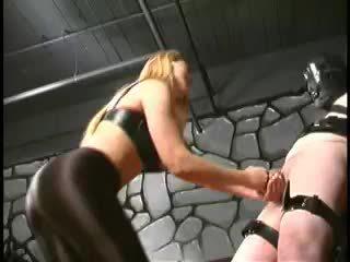 Huono tortured orja has hänen pallot kicked mukaan äärimmäisissä dominatrix
