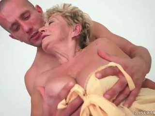סבתא enjoys חם סקס עם צעיר אדם
