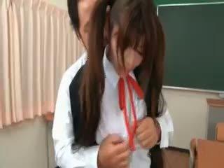 Asiática escolar gets seduced por excited profesora