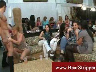 Riietes naine paljaste meestega koos sõjavägi stripper shares tema riist
