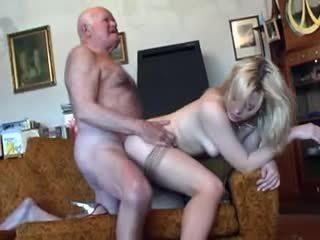 Vieux grand-père fucks jeune blonde