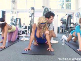 Blond hot babe gets hardcore sex i den gym