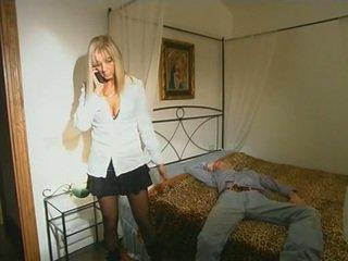 Blonda step-mom în ciorapi scurti seducing fiu