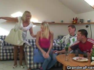 Partying guys svaras močiutė nuo abu ends