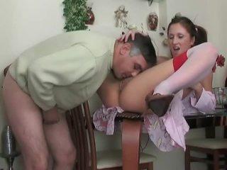 Dospívající v punčochy gets fucked podle starší dude