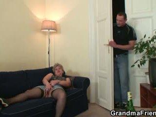Збуджена бабуся takes two cocks на один раз