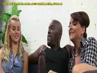 Chaud blondie maman sucer son noire lover