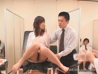 Söta asiatiskapojke baben gets hårig fittor checked vid den doctors