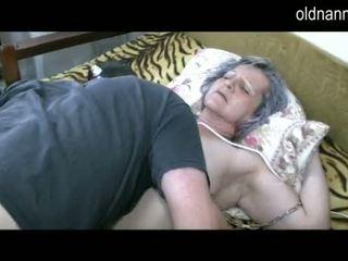 古い おばあちゃん 入手する プッシー licked バイ 若い guy ビデオ