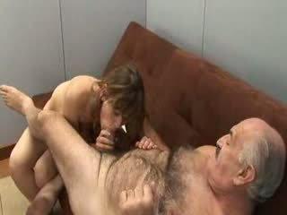 Dědeček a dívka mladý
