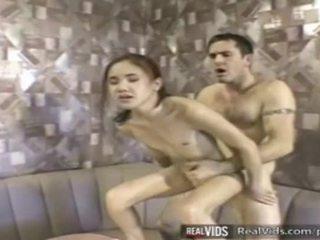 Asiatique serveuse baisée par muscle bite