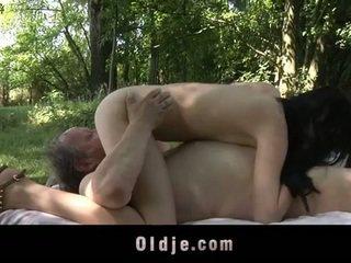Kövér régi férfi fucks tini -ban a woods