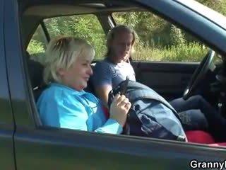 Γιαγιά getting pounded σε ο αμάξι