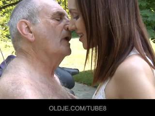 Joven rusa chica rides realmente viejo hombre