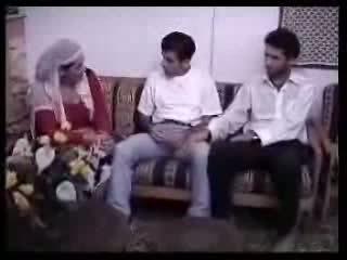 আরবীয় গৃহিণী হার্ডকোর সঙ্গে two guys. ভিডিও