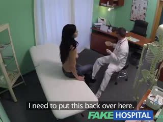 Fake kórház squirting bevállalós anyuka wants breast implants és gets egy beleélvezés injekció helyette