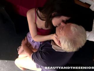 נוער cutie gets מזוין על ידי senior bruce