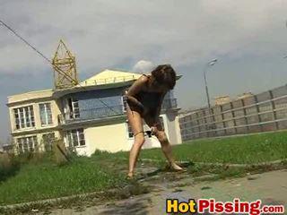 Dissolute फ्लॅशर बिच pees इनसाइड the खुली हवा