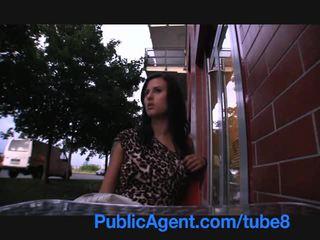 Publicagent sexy brunette gambles loin son chatte