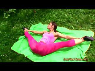 Pievilcīgas flexi contortionist jāšanās uz naturāls