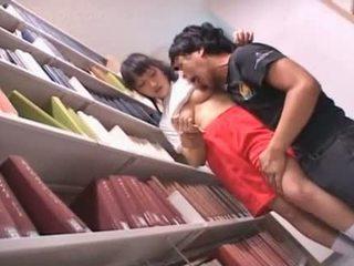 E rruar pidh aziatike nxënëse teased në the bibliotekë