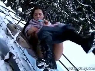 Ora masturbates মধ্যে ঐ snow