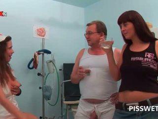 Gynecologist และ ของเขา พยาบาล การดื่ม แต่ละ คนอื่น ๆ ร้อน piss